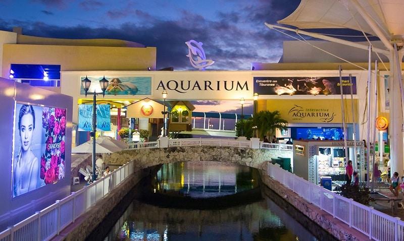 Aquarium of the La Isla mall in Cancun
